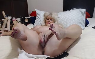 Older Lady With Big Tits Shows Myself