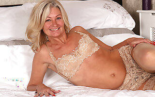 Hairy British Housewife Playing With Her Pussy - MatureNL