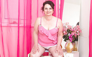 Naughty Housewife Playing With Herself - MatureNL